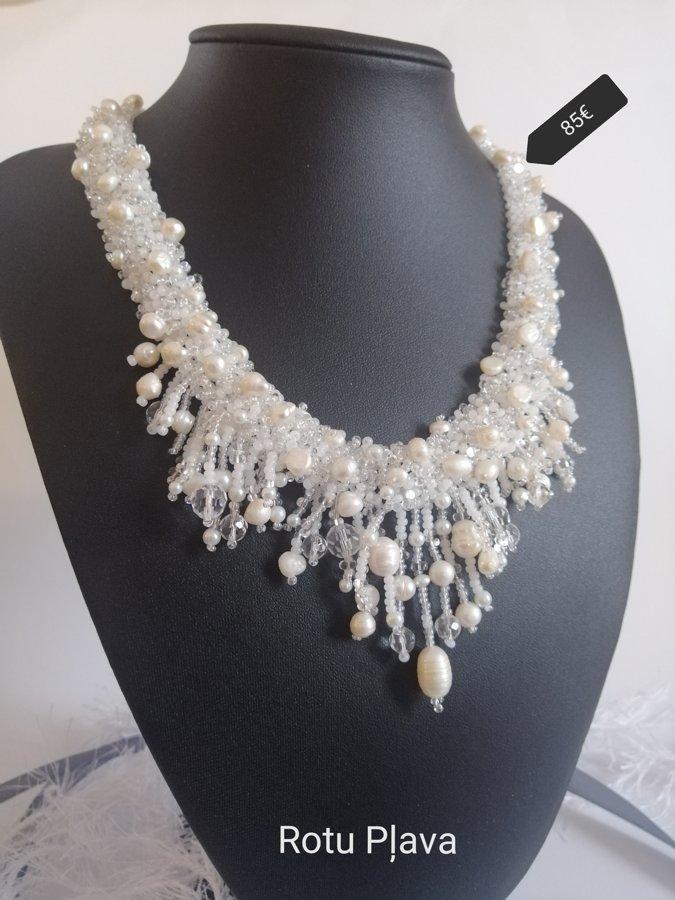 Balta kaklarota ar upes pērlēm
